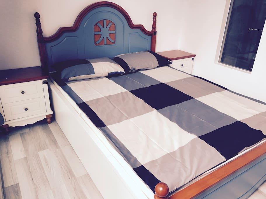 A queen size bed.  一张1米5宽的双人床。
