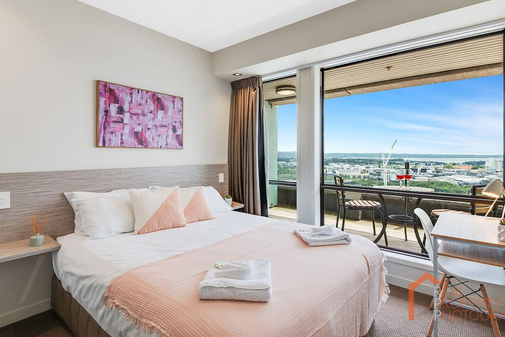 Kei's place was amazing! The views from the apartment was superb. Location was great! Kei was very easy to communicate with and my experience was really good overall! I would highly recommend the place for sure!! - Azlan