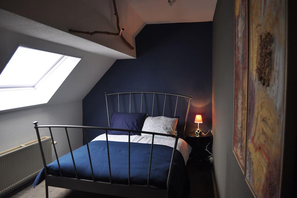 Een lekker bed voor 2 met kussens voor rug- en zijslapers... A comfortable bed for 2...