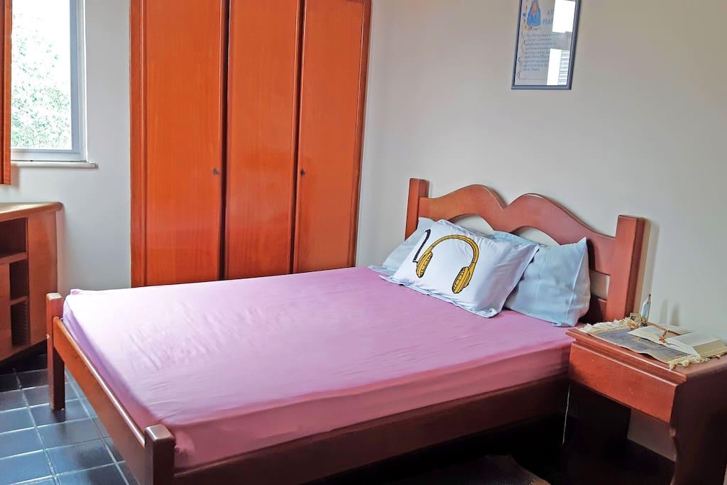PT: Quarto com cama de casal / EN: Bedroom with a double bed