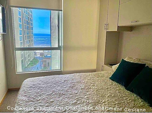 - Dormitorio principal con baño, cama queen size con tv 43' smart.   - Master bedroom with full badroom queen bed, tv 43' smart.