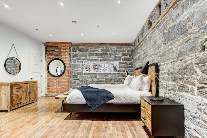 Rustic & Sunny Loft Old Mtl| Perfect Couple's Getaway |