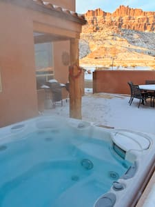 3BR w/ hot tub, stunning views - House