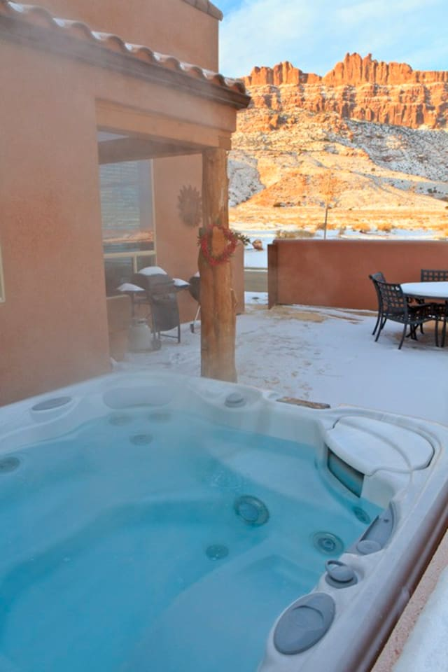 6 person hot tub with views of the Moab Rim one directon, La Sal Mountains in the other, and brilliant desert starry sky at night.