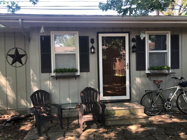 Cute/clean guest house with shared screened porch.