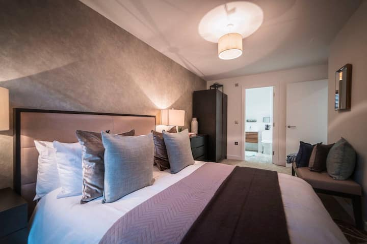 Extravagant Broad Street/Brindley Place Apartment