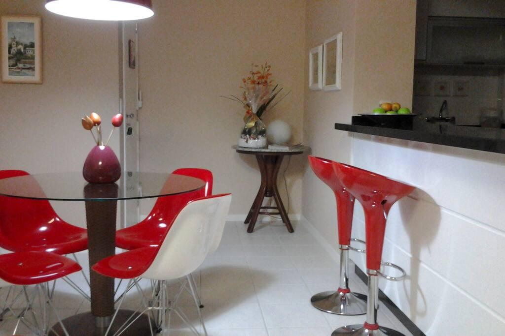 Sala de jantar integrada. Elementos modernos e alegres.