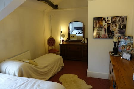 large room in charming family home - Wennington - Hus