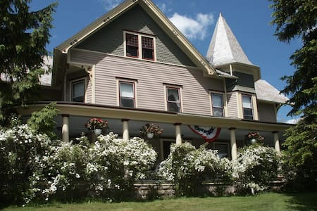 Historic B&B with great mtn views - Margaretville