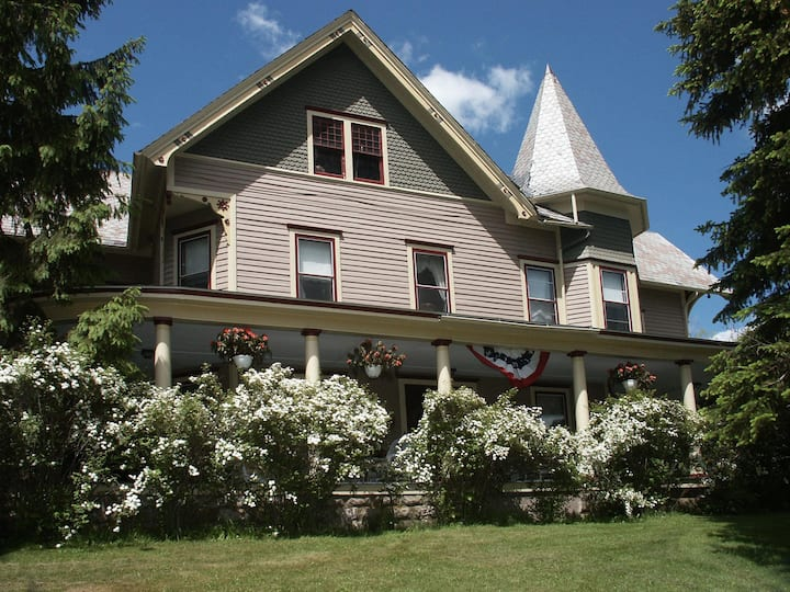 Historic B&B with great mtn views