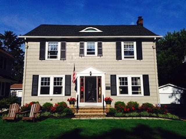 Lovely Cleveland Colonial, Convenient to RNC - Shaker Heights