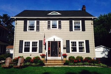 Lovely Cleveland Colonial, Convenient to RNC - Shaker Heights - Ház