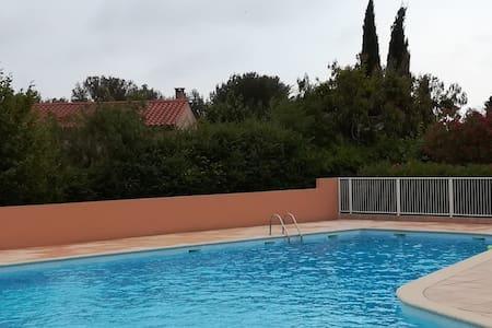 Studio Biot, dans résidence calme avec piscine.