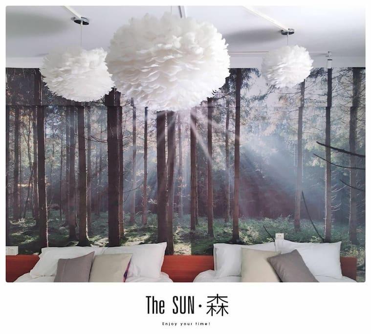 森林背景搭配三盏羽毛灯,仿佛睡在森林里,头顶是白色云朵