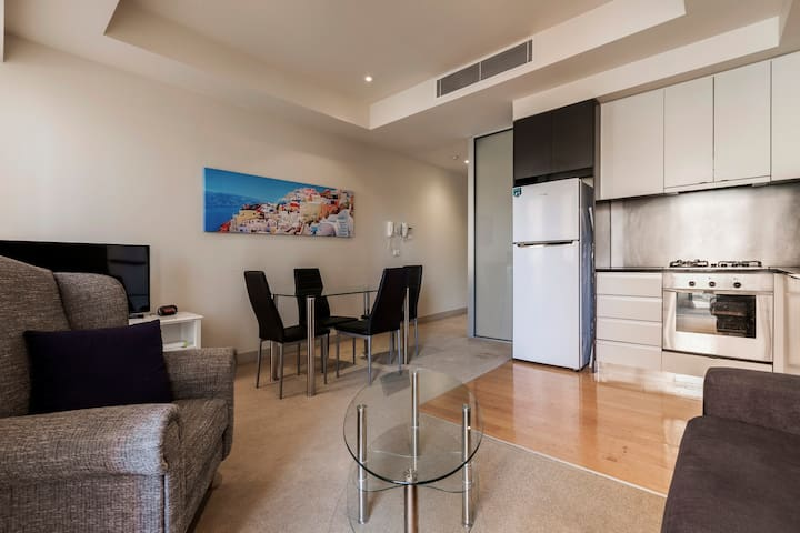 Heart of Melbourne 2 bedroom Apartment w/balcony