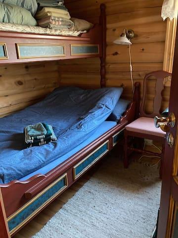 Soverom 1 med dobbeltseng og enkelseng ( familiekøye)