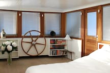 Somoya's Saloon offers a comfy double bed, a sofa bed, books, TV, wifi, maps and guidebooks