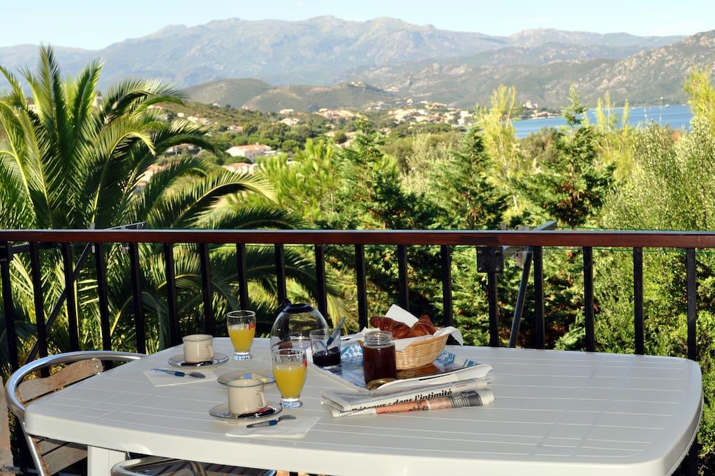 Balcon avec vue sur le village et le fond du golfe