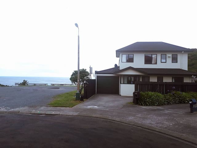 QUIET HOME WITH OCEAN VIEWS- CLOSE TO THE AIRPORT!