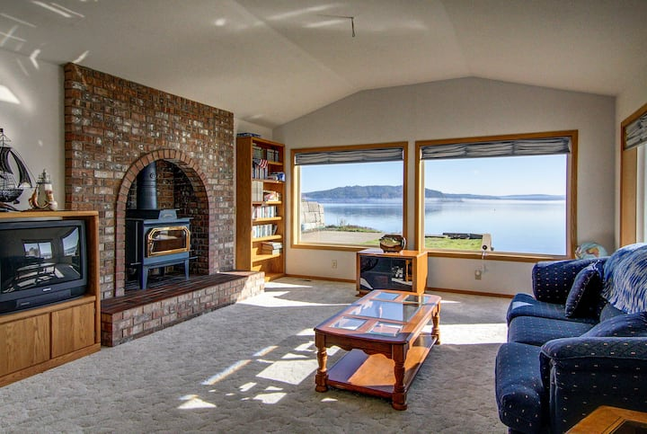 Waterfront Puget Sound Home w/ Beach & Kayaks