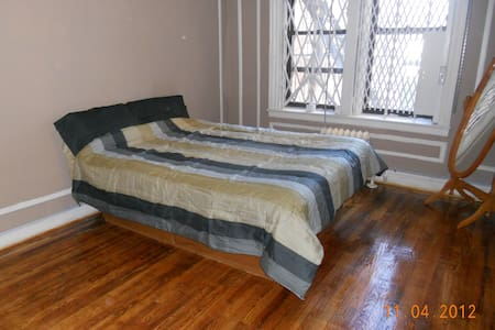 Very Large Private Room on quiet st - Bronx - Appartement