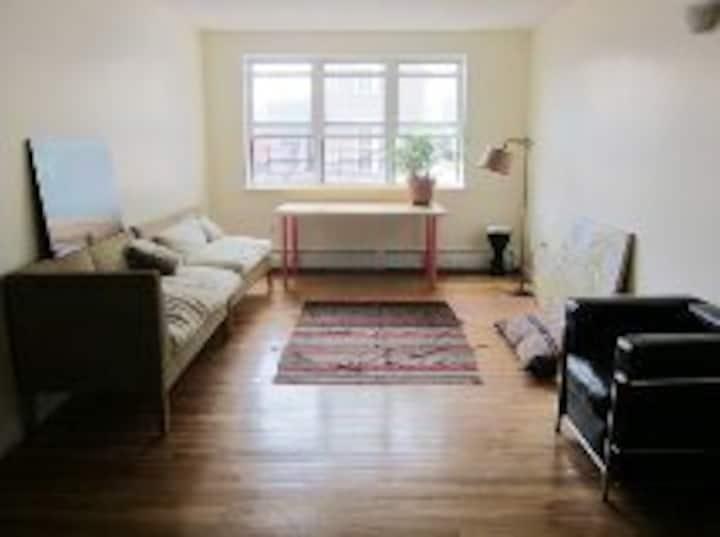 Quiet room w/ 2 beds +light near subway+ museums