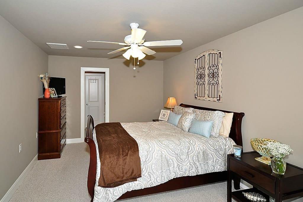 Large bedroom, ground floor - King bed