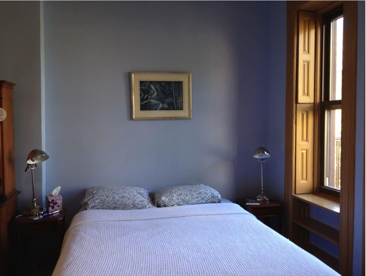 Studio queen-size bed