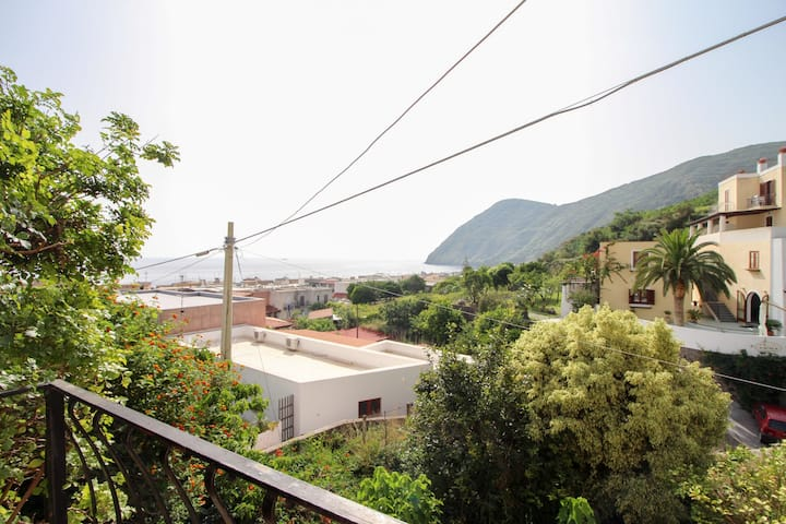 Comfortable apartment w/terrace, sea & city views - walk to the beach & dining