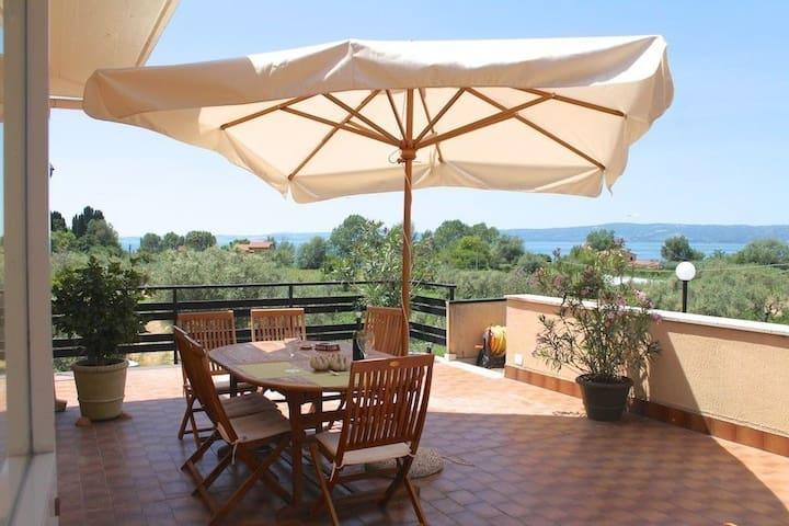80 kvm terrasse og utsikt over Bolsenasjøen