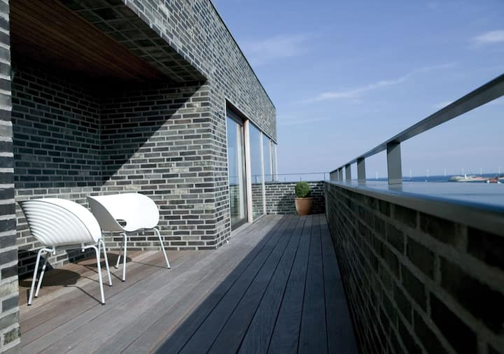 Fully-serviced Penthouse Apartment with Balcony
