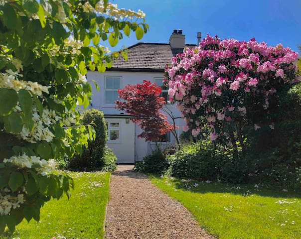 Entire Cottage with Secluded Garden & Parking