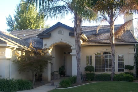 Best location!, New Full size bed! - Fresno - Huis