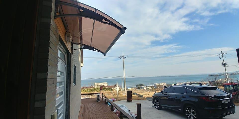 바다를 넓게 안은 해안로 언덕 위 전원주택