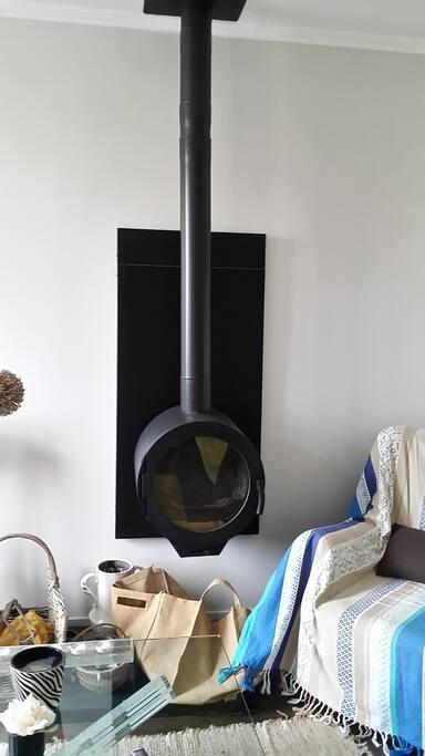Un poêle à bois design dans le salon