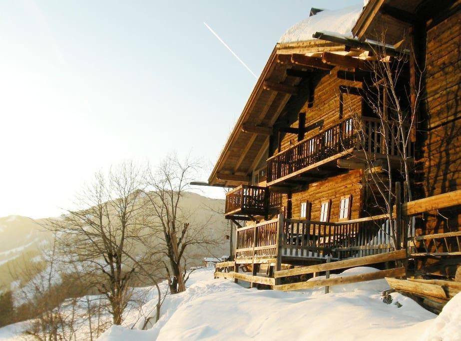 Hist.Bauernhaus Hochrainberg  -  am Südhang auf einer felsigen Geländekante gelegen -  in der warmen Wintersonne ...