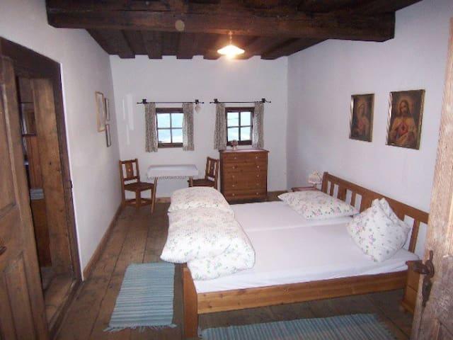Zi 2:  Doppelzimmer, südseitig, mit Eingang vom Flur + Verbindungstüre zu Zimmer 1