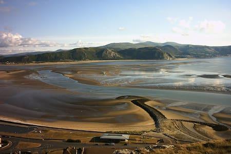 Wales - Location Location Location! - Llandudno - Hus