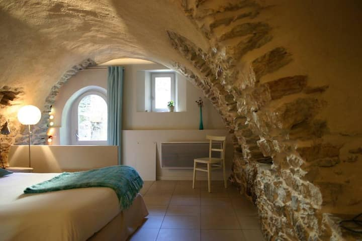 Chambre atypique de charme avec terrasse, salle de bain avec douche à l'Italienne