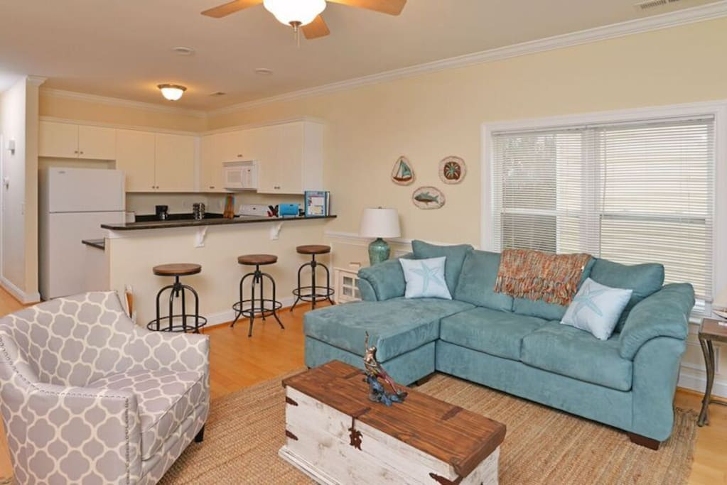 Ample living space, plenty of seating for everyone!