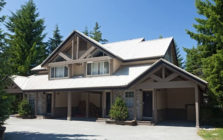 Ski In/Out 3 BR w/Private Hot Tub - Whistler - Huis