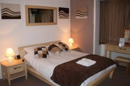 2 Triple en-suite room - Crawley