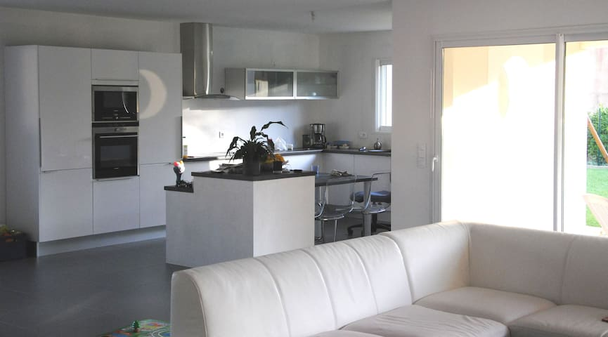 Bright & nice room and living space - Saint-Georges-des-Coteaux - Bed & Breakfast