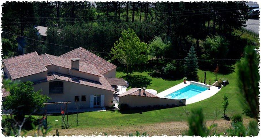 Haut de Villa avec Piscine - La Motte-du-Caire - วิลล่า