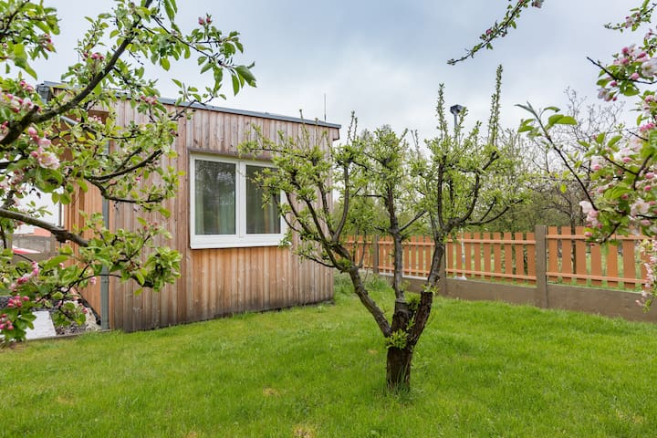 Separate mini house, 2 pers., near airport, sauna - Prague - House