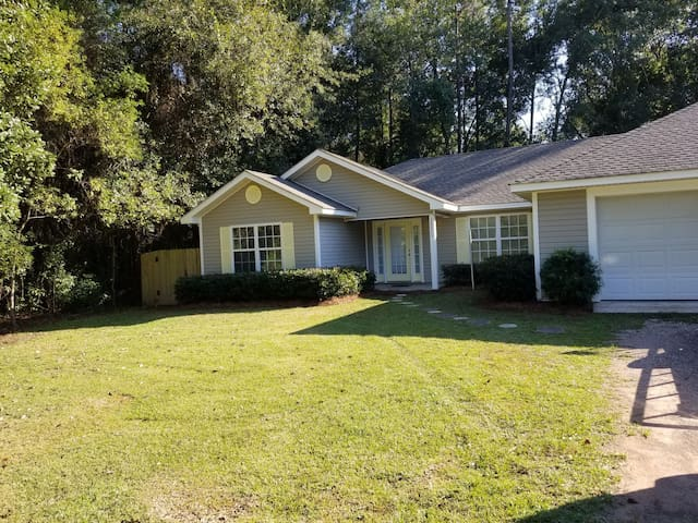 Wooded fenced yard, 3 miles from beach. Perfect!