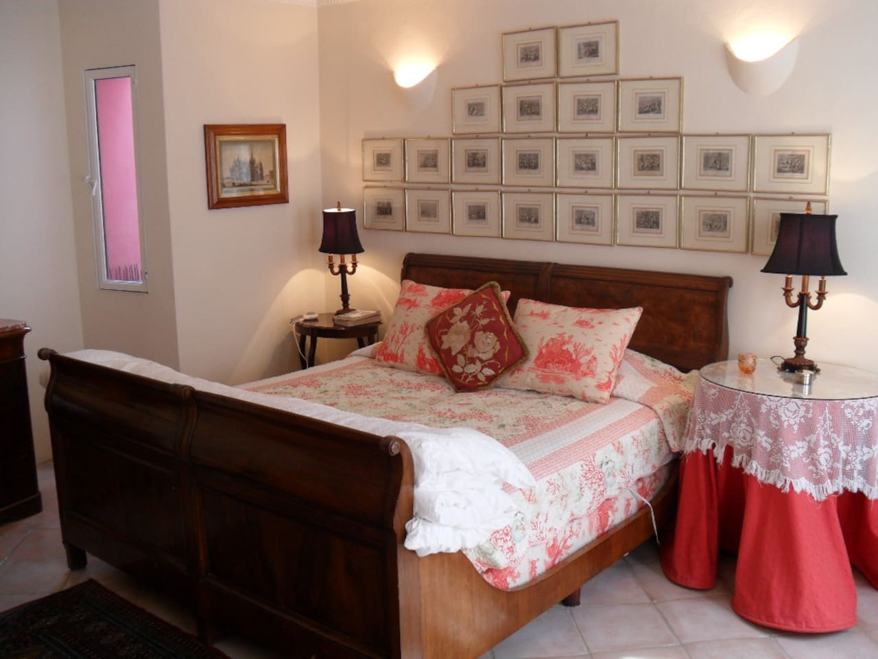 Bedroom with kingsize bed and en-suite bath. 1