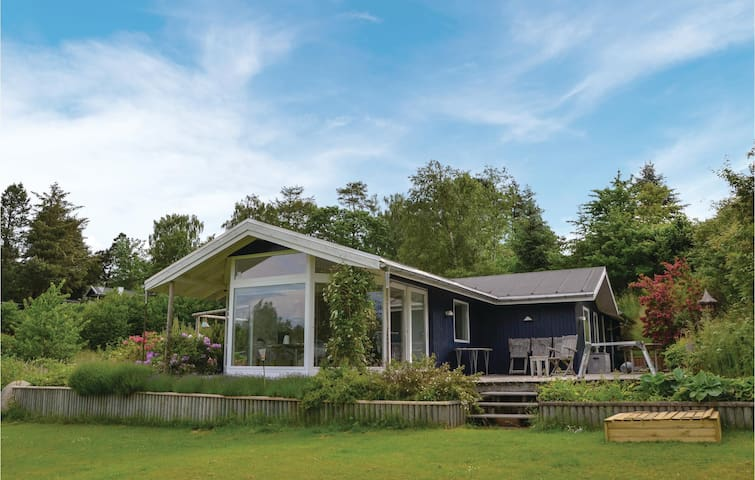 Holiday cottage with 2 bedrooms on 106m² in Dronningmølle