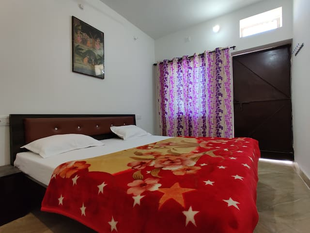 varah square homestay single budget room