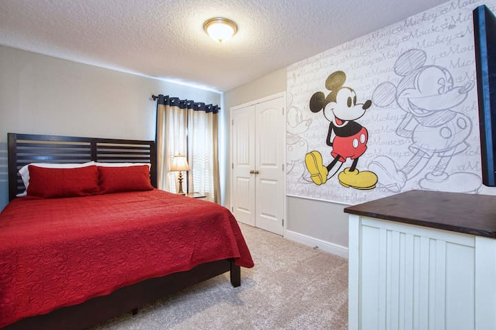 Mickey Room: QUEEN bed, 43'cable TV, and closet. Lovely and cheerfull decor.
